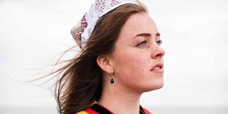 Studente antropologie Tess uit Marken reist de hele wereld over, maar vindt het belangrijk dat Marker klederdracht niet uitsterft. Daarom draagt zij deze wanneer ze rondleidingen geeft door haar geboorteplaats.