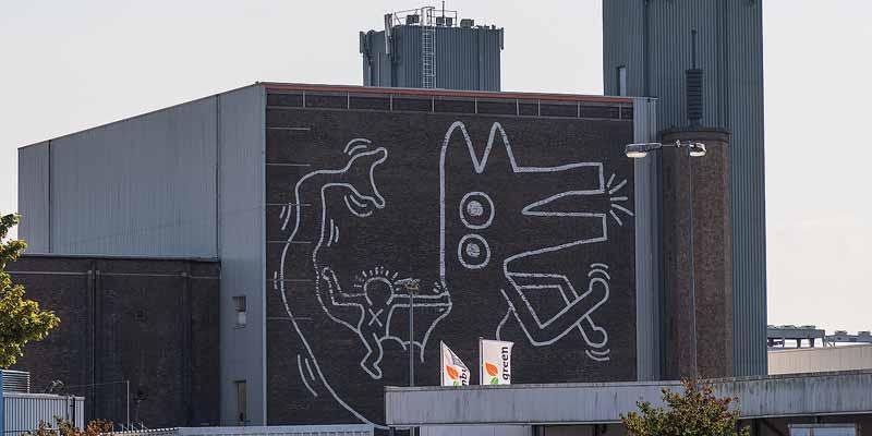 De muurschildering van Keith Haring, gezien vanaf de Willem de Zwijgerlaan