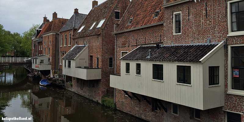 In Appingedam werden vanwege ruimtegebrek de keukens boven het Damsterdiep gebouwd