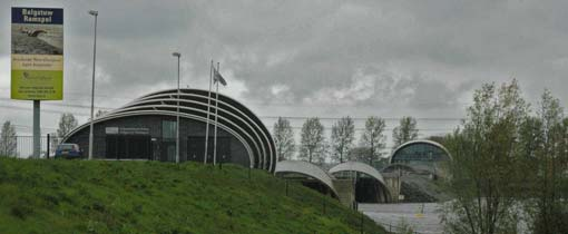 De balgstuw bij Ramspol. De balgen worden door via huisjes in het water met elkaar verbonden