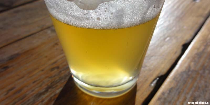 Een lekker fris biertje op een terras aan de Maas