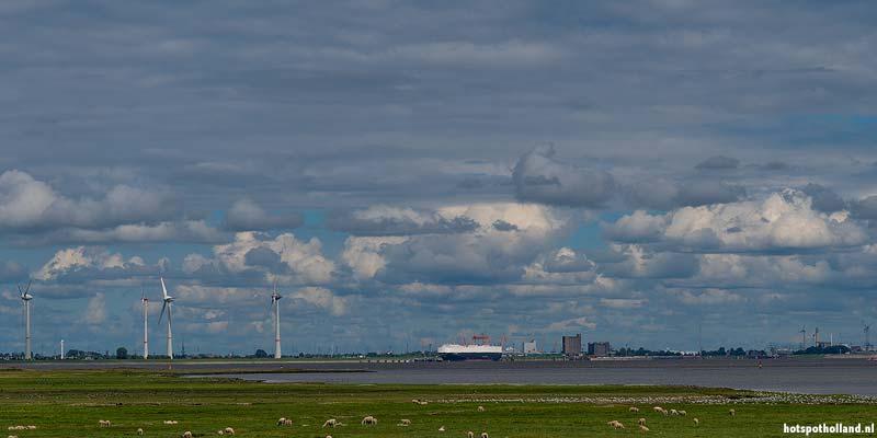 De haven van Emden is op grote afstand te zien
