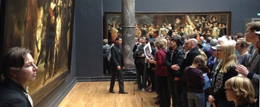 Ondermeer de beroemde Nachtwacht van Rembrandt werd in de St. Pietersberg bewaard. Foto: Zaterdagmiddagdrukte bij de Nachtwacht in het Rijksmuseum