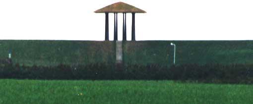 De Dijktempel van Marrum, al van verre is het bouwwerk op de dijk te zien