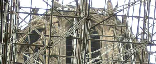Ter gelegenheid van het 750 jarige jubileum van de Domkerk in 2004 werd -terug van weggewaaid- het ontbrekende deel van de kerk tussen toren en kerkgebouw herbouwd door middel van steigermateriaal