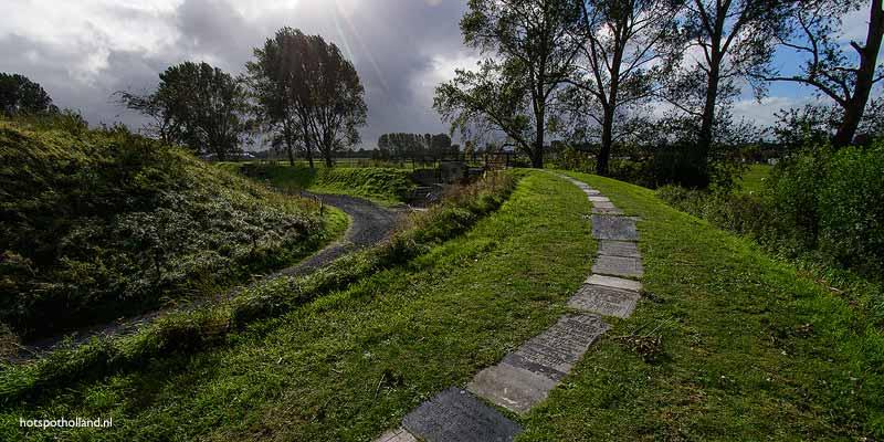 Het Grafstenenpad loopt in een halve cirkel rond Fort Vijfhuizen