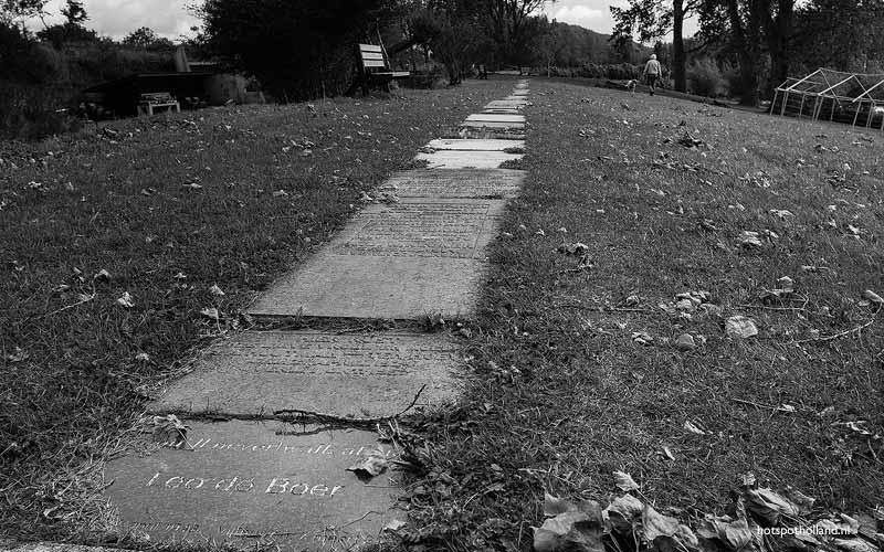 <i>You'll Never Walk Alone</i> staat op de voorste steen te lezen