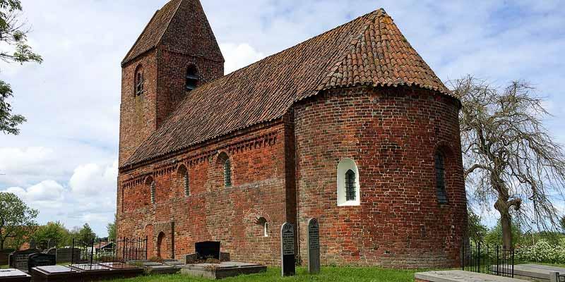 Onze favoriet: De middeleeuwse Martinuskerk van Marsum op een wierde in de weilanden in de omgeving van Appingedam