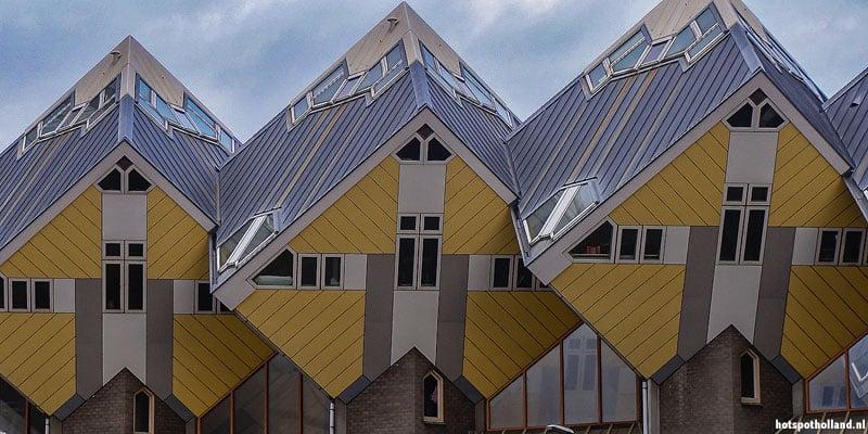 De tweede generatie Kubuswoningen in Rotterdam zijn geel. Die in Helmond zijn groen
