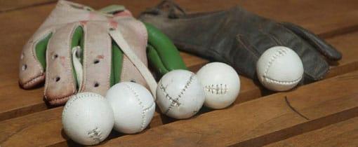 Een kaatshandschoen en kaatsballen in het Franeker Kaatsmuseum