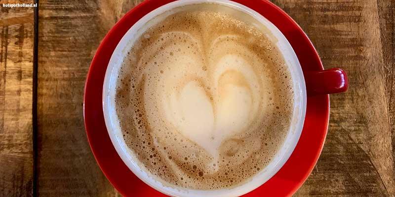 Koffie op het terras. Onze stedentrip in Roermond is begonnen!