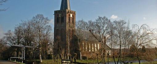 Het kerkje van Kortenhoef aan het dijkje in het dorp. Een schitterende locatie vlak bij water en bos