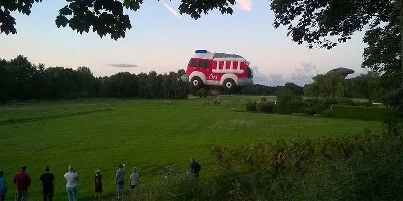 Een luchtballon in de vorm van een Brandweerwagen