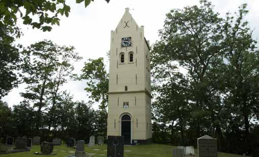 Het middelpunt van Friesland ligt op een hanestap van deze kerktoren