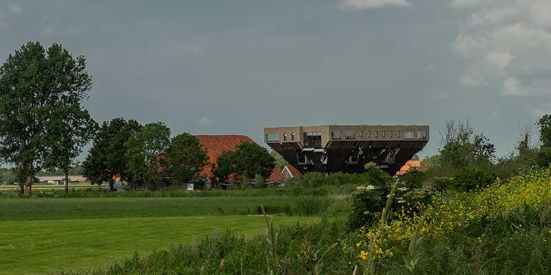 De omgekeerde boerderij in Hindeloopen in aanbouw. De oude boerderij met oranje dak verdwijnt op termijn