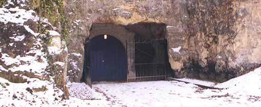 De ingang van de Valkenburgse Katakomben leidt je naar het gangenstelsel diep onder de grond