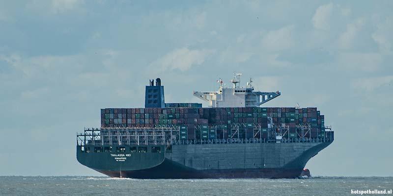 Een mega containership vaart de haven van Rotterdam uit