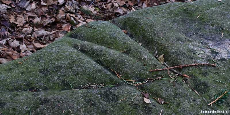 De slijpsporen zijn eeuwen later nog steeds duidelijk te zien