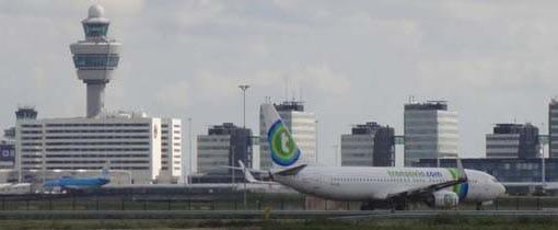 De skyline van Schiphol. Om de 2 minuten kun je een toestel zien opstijgen