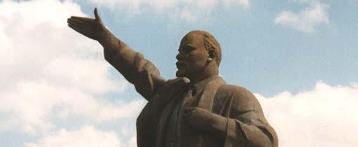 Het enorme standbeeld van Lenin