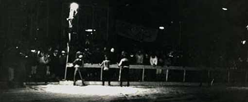 De stempelpost van Sneek tijdens een Elfstedentocht van 1986. Nog 153 kilometer te gaan naar Dokkum. Veel rijders zullen pas in Dokkum zijn wanneer het alweer donker is