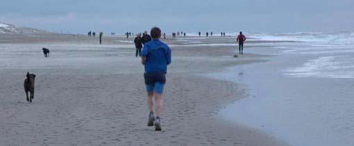 Een hardloper op het strand van Terschelling in de winter