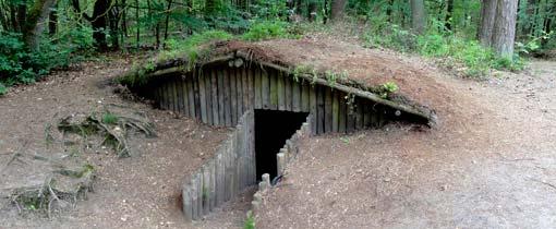 Een van de hutten in het Verscholen Dorp