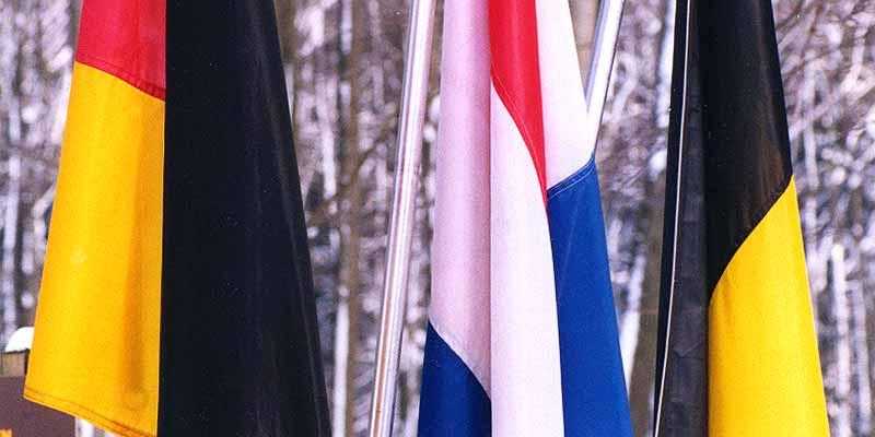 De Belgische, Nederlandse en Duitse vlag markeren het landenpunt op de Vaalserberg op het hoogste puntje van Nederland