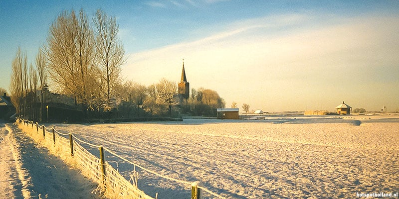 De Hervormde Kerk van Wieuwerd op een mooie zonnige winterochtend