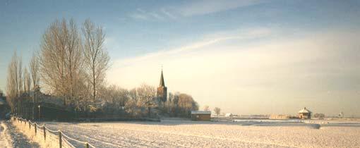 Het kerkje van Wieuwerd op een mooie zonnige winterochtend
