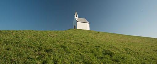 Het witte kerkje op de heuvel